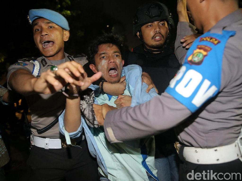 Foto: Polisi Bubarkan Aksi Mahasiswa di Depan Istana