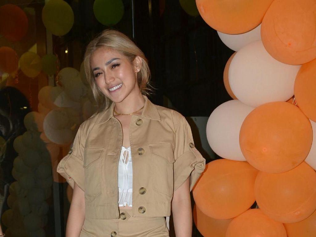 Jessica Iskandar Senyum-senyum Kedatangan Dinosaurus Ganteng