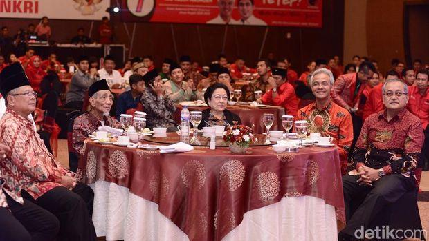 Potret Megawati, Mbah Maimoen, Gus Yasin dan Ganjar Pranowo duduk satu meja