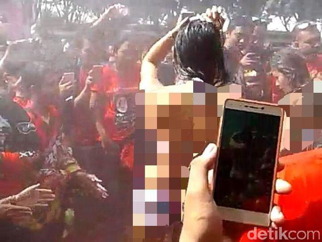 Ramai-ramai Kecam Tarian Erotis di Pantai Kartini