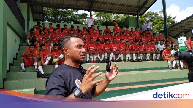 Hasil gambar untuk foto Ray Manurung, manajer timnas pelajar U-15