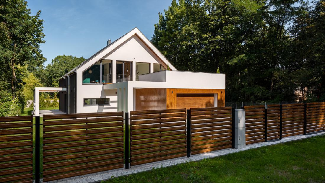 5 Inspirasi Pagar Rumah Minimalis Pakai Kayu Hingga Besi