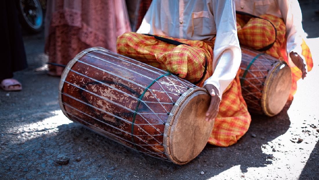 6 Alat Musik Tradisional Yang Dimainkan Dengan Dipukul