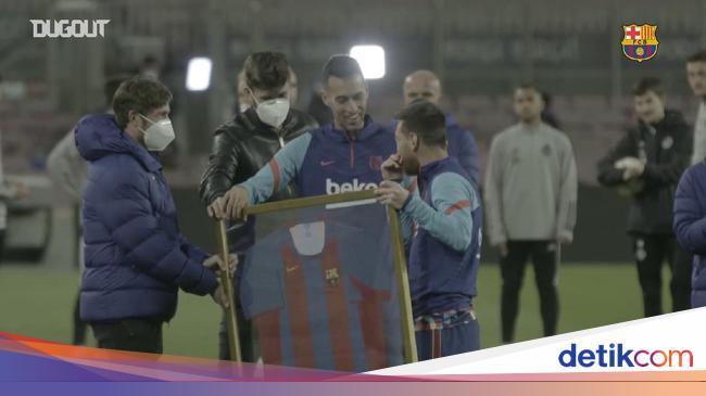 Detik-detik Lionel Messi Dapat Jersey yang Teramat Spesial