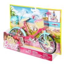Sepeda Barbie Ini Siap Bergulir, Pedal Dan Roda Yang Berfungsi Nyata Membuatnya Mudah,     Letakkan Boneka Barbie (Dijual Terpisah) Di Kursi Tempat Klip Menahannya Di Tempatnya. Geser Kakinya Ke Pedal Dan Tangannya Ke Setang Dan Dorong Untuk Melihat Boneka Itu mengendarai sepeda, Spatbor Teal Dan Aksen Perak Begitu-Sangat-menarik,    Helm Biru Menjaga Boneka Barbie Aman