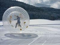 Bergulir Menuruni Bukit Salju di Zorb Ball Area