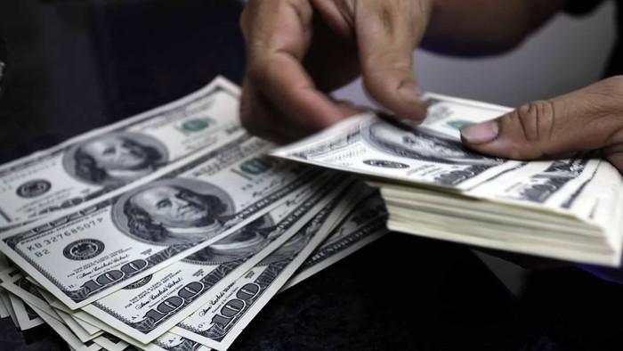 Nilai tukar rupiah terhadap dolar AS mengalami pelemahan hingga menembus rekornya selama satu tahun belakangan ini. Nilai tukar rupiah tembus level Rp 9.849/US$, pada Senin (27/5/2013) kemarin. file/detikfoto