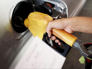 Tips Ampuh Hilangkan Bau Bensin di Mobil