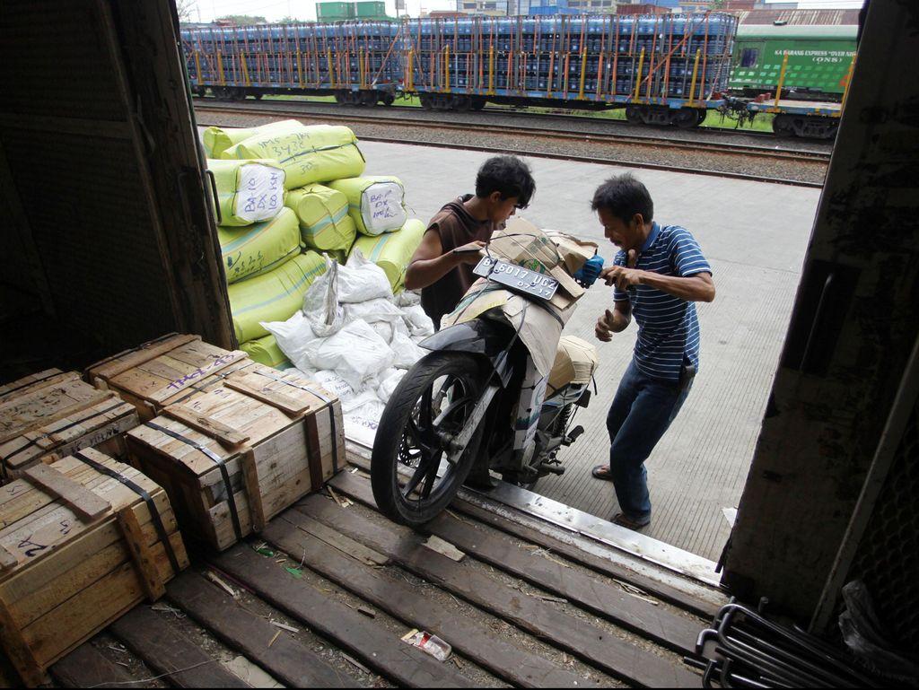 Geliat Industri Logistik di Tengah Tekanan Kenaikan Tarif