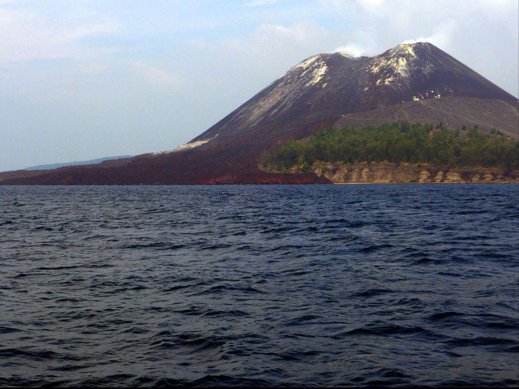 Video Menegangkan Gunung Anak Krakatau Muntahkan Lava Pijar