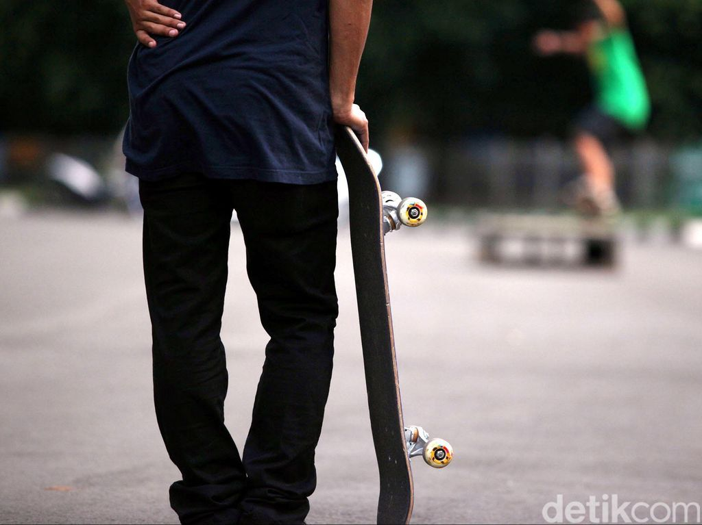 Satpol PP Bubarkan Pemuda yang Main Skateboard di JPO FKUI Salemba