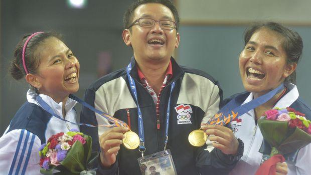 Ganda putri Indonesia Nitya Krishinda (kanan) dan Gresya Polii (kiri) bergembira bersama pelatih mereka Eng Hian (tengah) usai penghargaan medali final perorangan Ganda Putri Asian Games ke-17 di Gyeyang Gymnasium, Incheon, Korsel, Sabtu (27/9). Pasangan Indonesia yang mengalahkan pasangan Jepang itu meraih emas pertama untuk Indonesia. ANTARA FOTO/SAPTONO/Spt/14