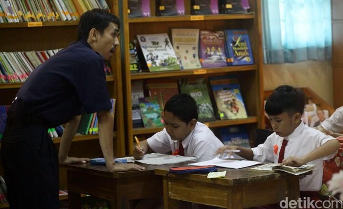 Pasca bangunan sekolahnya terbakar, para siswa SDN 11 Tebet, kini menumpang di SDN 17,18, dan 19 Tebet, Jakarta. Mereka kini kekurangan buku pegangan untuk guru dan siswa setelah buku-buku juga ikut terbakar.