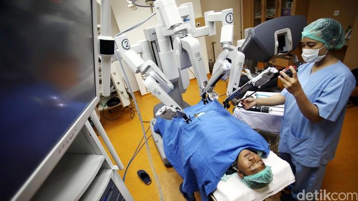 Kini operasi di RS Bunda Jakarta sudah bisa pakai robot. RS Bunda Jakarta mengenakan teknologi robotic surgery sejak tahun 2012. Teknologi asal Amerika ini merupakan yang pertama kalinya ada di Indonesia untuk kasus bedah Operasi Prostat, Operasi rahim dan kandungan, operasi saluran kemih dan gastrointestinal.