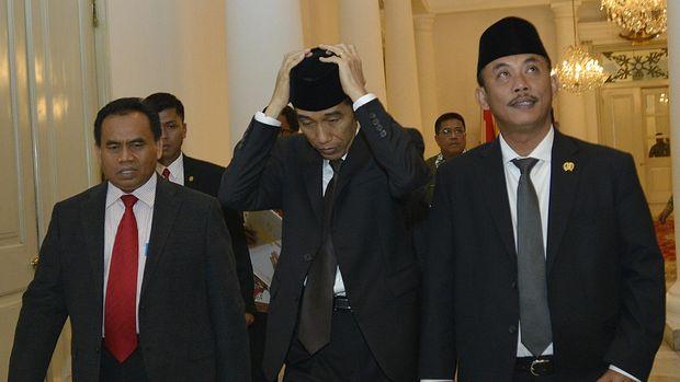 Gubernur DKI Jakarta yang juga Presiden terpilih Joko Widodo (tengah) bersama Ketua DPRD DKI Jakarta Prasetyo Edi Marsudi (kanan) dan Sekda DKI Jakarta Saefullah (kiri) berjalan menuju Gedung DPRD di Balaikota, Jakarta, Kamis (2/10). Joko Widodo menghadiri Sidang Paripurna DPRD DKI Jakarta untuk menyampaikan pidato pengunduran dirinya dari jabatan Gubernur DKI Jakarta periode 2012-2017 karena telah ditetapkan sebagai Presiden terpilih oleh KPU pada tanggal 22 Juli yang akan dilantik pada tanggal 20 Oktober. ANTARA FOTO/Widodo S. Jusuf/ss/pd/14.