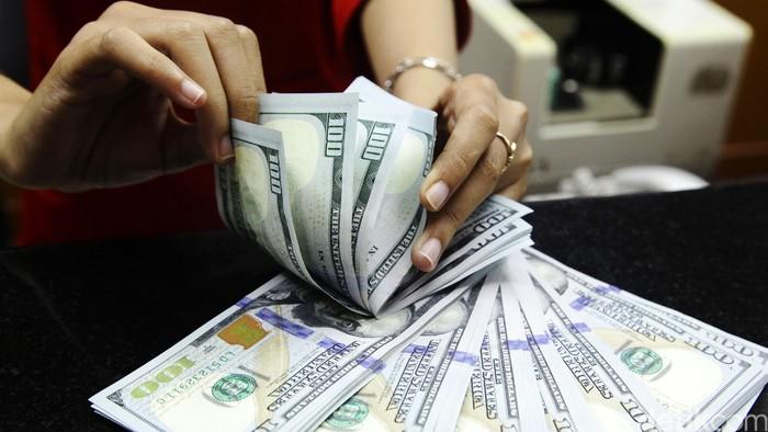 Nilai tukar rupiah terhadap dolar Amerika Serikat (AS) terus menguat usai pelantikan Presiden Joko Widodo. Posisi dolar melempem di kisaran Rp 11.985. Jauh berbeda saat Jokowi belum dilantik yang masih di posisi Rp 12.100 pada Jumat pekan lalu. Sejumlah warga saat menukar uang di money changer di kawasan kwitang, jakarta (21/10/2014).