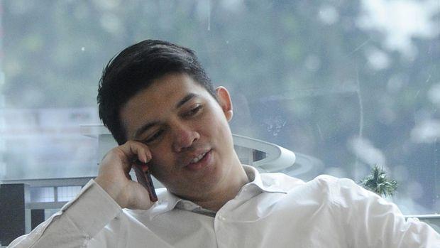 Artis Irwansyah berada di ruang tunggu Gedung KPK Jakarta, Rabu (5/11). Irwansyah diperiksa sebagai saksi  terkait dugaan tindak pencucian uang (TPPU) Tubagus Chaeri Wardhana (TCW) atau Wawan. ANTARA FOTO/Wahyu Putro A/Koz/Spt/14.