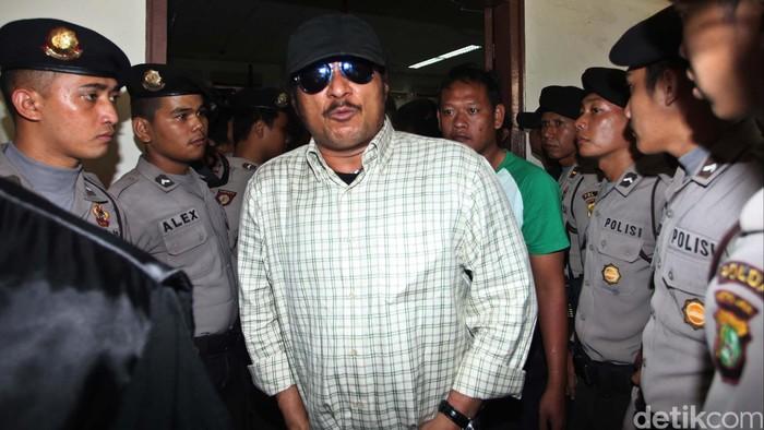 Terdakwa kasus pembunuhan bos PT Sanex Steel Tan Hari Tantono alias Ayung, John Kei mengikuti sidang dengan agenda pembacaan tuntutan di Pengadilan Negeri Jakarta Pusat, Selasa (4/12). John Kei dituntut 14 tahun penjara oleh Jaksa Penuntut Umum (JPU), sementara kedua anak buahnya Joseph Hanungan dan Muklis yang diduga turut serta dalam melakukan aksi pembunuhan dituntut 2 tahun penjara. File/detikFoto.