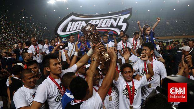 Sejumlah Pemain Persib Bandung mengangkat trophy juara saat merayakan kemenangannya dalam adu penalti pada Final Liga Super Indonesia antara Persib Bandung VS Persipura Jayapura , di Stadion Jakabaring, Sumsel, Jumat 7 November 2014. CNN Indonesia/Adhi Wicaksono.