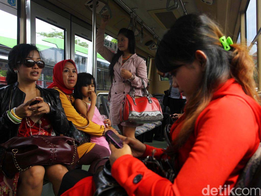 5 Kejadian Memalukan yang Paling Sering Terjadi Saat Naik Transjakarta