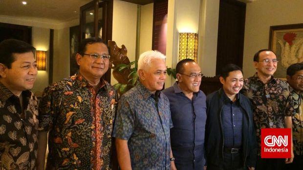 Prabowo Subianto (kedua kiri) dan Hatta Rajasa (ketiga kiri).