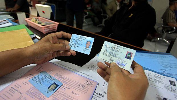 Petugas melayani warga untuk pembuatan Kartu Tanda Penduduk (KTP) di Kelurahan Kebayoran Lama, Jakarta, Senin (17/11). Mendagri Tjahjo Kumolo menghentikan sementara program e-KTP untuk dilakukan evaluasi terhadap kualitas dan kuantitas data yang sudah dihimpun. ANTARA FOTO/Muhammad Adimaja/Rei/Spt/14.