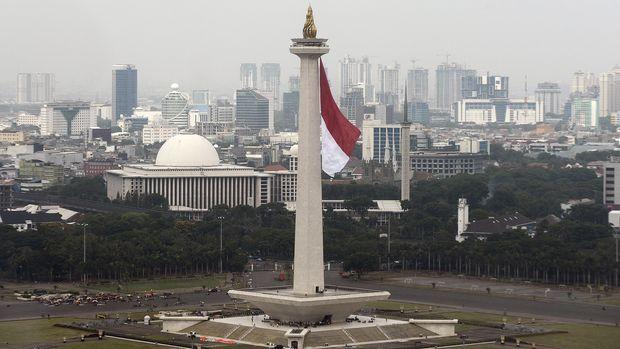 Bendera Merah Putih raksasa berkibar di tugu Monas, Jakarta Pusat, Kamis (27/11). Pengibaran bendera merah putih raksasa ini dalam rangka gladi kotor acara Bela Negara oleh Kementerian Pertahanan yang akan dilaksanakan pada tanggal 19 Desember 2014. ANTARA FOTO/Fanny Octavianus/mes/14.
