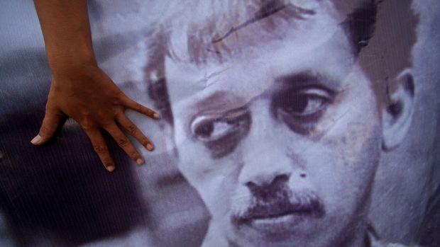 Aktivis dari Social Movement Institute dan Kontras melakukan aksi kamisan di Perempatan Tugu Yogyakarta, Kamis (4/12). Dalam aksinya mereka mengritisi pembebasan bersyarat Pollycarpus Budihari Prijanto dalam kasus pembunuha aktivis HAM, munir. ANTARA FOTO/Noveradika/ed/nz/14