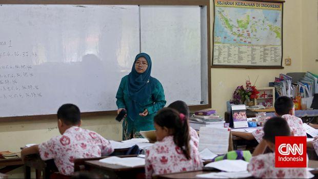 Guru sedang mengajar di SDN Gondangdia Pagi, Jakarta, Kamis, 11 Desember 2014. CNN Indonesia/Adhi Wicaksono.