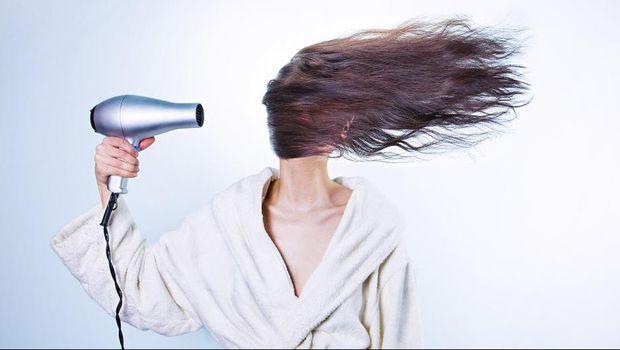 Ilustrasi wanita mengeringkan rambut