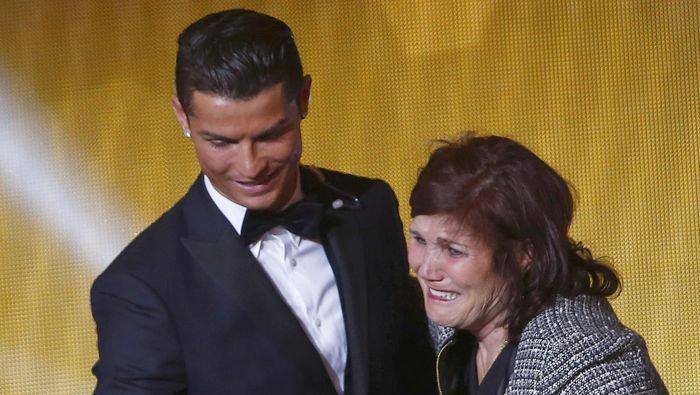 Cristiano Ronaldo bersama ibunya Dolores Aveiro (Arnd Wiegmann)