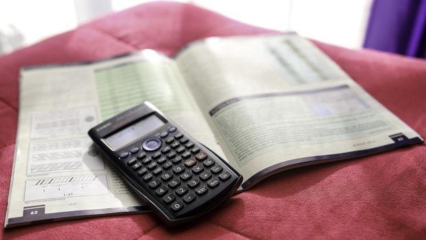 Ilustrasi kalkulator dan buku pelajaran