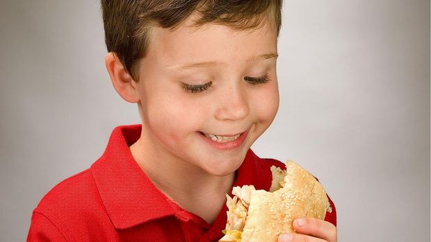 Ilustrasi Anak Makan Sandwich