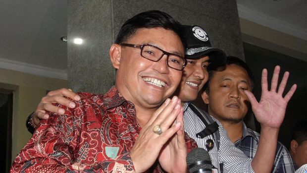 Bupati Kotawaringin Barat Kalimantan Tengah, Ujang Iskandar (kiri) keluar dari Bareskrim Polri Usai menjalani pemeriksaan di Jakarta, Jumat (6/2). Ujang Iskandar diperiksa sebagai saksi untuk tersangka Bambang Widjojanto terkait dugaan tindak pidana memberikan keterangan palsu pada sidang sengekata Pemilihan Kepala Daerah Kotawaringin Barat di Mahkamah Konstitusi (MK) Tahun 2010. ANTARA FOTO/Reno Esnir/Asf/pd/15.