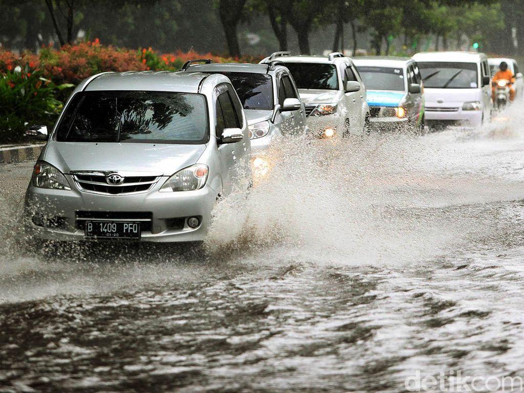 Jangan Tunggu Bahaya, Musim Hujan Saatnya Cek Kondisi Ban