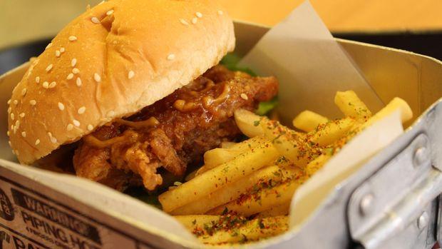 Ilustrasi Burger dan Kentang Goreng