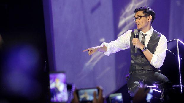 Penyanyi Afgan beraksi pada konser bertajuk Dari Hati Afgan di Jakarta Convention Center, Jakarta, Sabtu (14/2). Dalam konser tersebut Afgan membawakan 25 lagu dari koleksi albumnya diantaranya Jodoh Pasti Bertemu, Cinta Dua Hati, Bawalah Cintaku dan Untukmu Aku Bertahan. ANTARA FOTO/Muhammad Adimaja/Asf/ama/15.