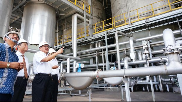 Dirut PT Perkebunan Nusantara X (PTPN X), Subiyono (ketiga kiri), bersama jajaran direksi PT Energi Agro Nusantara (Enero), memeriksa peralatan di Pabrik Bioetanol di Mojokerto, Jatim, Senin (16/2). Pabrik Bioetanol milik PTPN X yang memiliki kapasitas 30 ribu Kiloliter per tahun tersebut, akan melakukan pengembangan produk turunan lain seperti gas metana. ANTARA FOTO/Eric Ireng/ss/pd/15