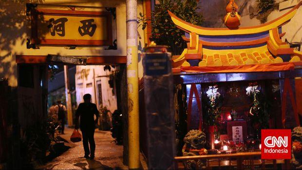 Altar persembahan bagi Dewa Bumi, di Jalan Kemenangan 7, Petak Sembilan, Jakarta, Rabu, 18 Februari 2015. Warga keturunan Tionghoa merayakan Tahun Baru Imlek 2566, yang jatuh pada Kamis (19/2). CNN Indonesia/Adhi Wicaksono.