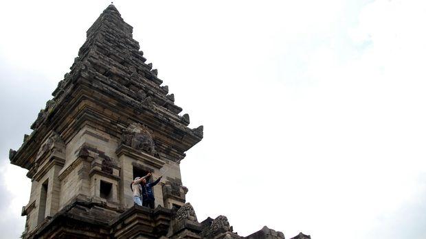 Sejumlah wisatawan berfoto selfi di anak tangga Candi Jawi yang berada di Desa Candi Wates, Prigen, Pasuruan Jatim, Kamis (19/2). Candi Jawi yang dibangun dengan batuan andesit memiliki ukuran Panjang 14,24 meter dengan lebar 9,55 meter dan tinggi 24,50 meter tersebut, merupakan salah satu candi yang dibuat pada masa Kerajaan Singosari di bawah kepemimpinan Raja Kertanegara pada abad XIII. ANTARA FOTO/Adhitya Hendra/pd/15.