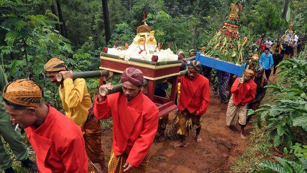 Sejumlah warga berpakaian adat Jawa memikul gunungan menuju gunung Beser saat napak tilas Sultan Trenggono Kusumo di Desa Jombor, Jumo, Temanggung, Jateng,Jumat (20/2). Tradisi turun temurun masyarakat setempat sejak puluhan tahun silam itu sebagai bentuk penghormatan kepada tokoh penyebar agama Islam Sultan Trenggono Kusumo sekaligus bertujuan untuk melestarikan adat budaya setempat. ANTARA FOTO/Anis Efizudin/ed/mes/15