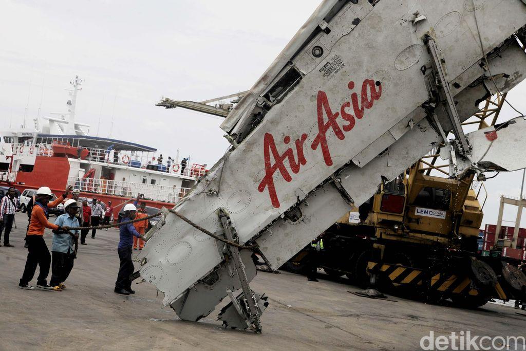 Petugas dari Basarnas dan KNKT bekerjasama memindahkan bangkai Pesawat AirAsia QZ 8501 dari kapal Crest Onyx ke darat dengan menggunakan alat berat di Pelabuhan Tanjung Priok, Jakarta, Senin (02/03/2015). Sebelumnya, Pesawat AirAsia QZ 8501 jatuh pada di Selat Karimata pada akhir tahun lalu. Selanjutnya bangkai pesawat ini akan diperiksa oleh KNKT di Curug, Tanggerang. Grandyos Zafna/detikcom