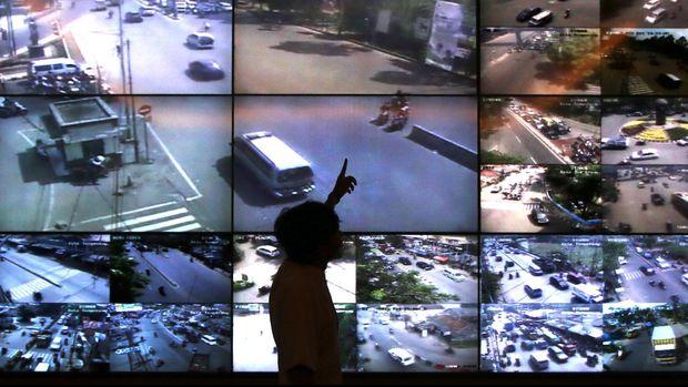 Petugas memantau CCTV di Dishub Kota Tangerang untuk mencegah pencurian sepeda motor dan begal.
