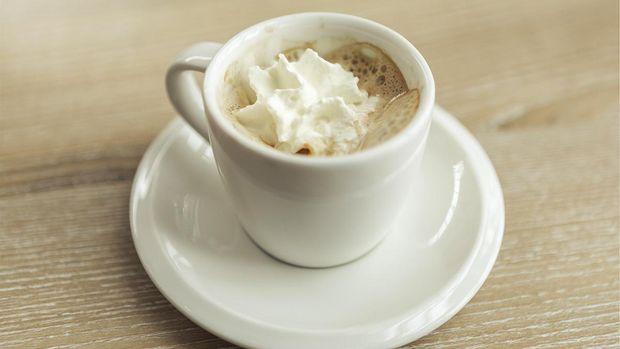 Ilustrasi espresso dengan whipped cream