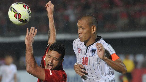 Mantan bek Timnas Indonesia Nova Arianto (kanan) ditunjuk Indra Sjafri sebagai pelatih khusus para pemain bertahan Garuda Muda. (