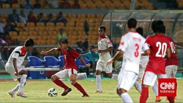 Pesepakbola Timnas Indonesia U-23 Adam Alis (18) berusaha lepas dari kawalan lawan  pada pertandingan kualifikasi Piala Asia U-23 2016 di Stadion Utama Gelora Bung Karno, Jakarta, Jumat (27/3). CNN Indonesia/Adhi Wicaksono.