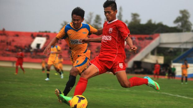Pemain Persis Solo Andrid (21)  berebut bola dengan pemain Persebo Bondowoso Handik (7) pada pertandingan persahabatan Divisi Utama 2015 di Stadion Manahan, Solo, Jawa Tengah, Senin (6/4). Pertandingan berakhir imbang dengan skor 0-0. ANTARA FOTO/Maulana Surya/ss/NZ/15.