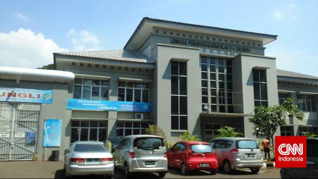 Kepala Tim Narcotic Investigation Centre (NIC) Direktorat Narkoba Mabes AKBP Kristian Siagian dan anak buahnya menyambangi Lembaga Pemasyarakatan (LP) dan Rumah Tahanan (Rutan) Salemba, di Jakarta, Jumat (10/4). (CNN Indonesia/Aghnia Adzkia)