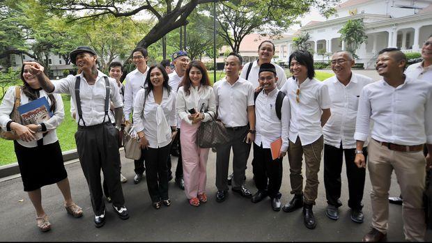 Kelompok pekerja seni, industri kreatif, aktivis lingkungan serta musisi menjawab pertanyaan wartawan usai bertemu dengan Presiden Joko Widodo di Istana Merdeka, Jakarta, Rabu (15/4). Pertemuan yang dihadiri musisi Abdi - Slank, Jerinx - SID, Adi MS, Marzuki, dan lain-lain tersebut untuk menyerap aspirasi dari para aktivis dalam bidang lingkungan hidup, seni dan budaya, musik dan film. ANTARA FOTO/Yudhi Mahatma/ed/pd/15