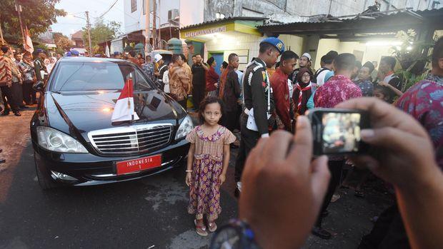 Para warga Sumut saat berfoto bersama mobil kepresidenan. (